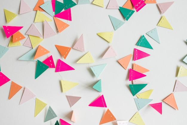 Vista superior guirnalda papel colorida