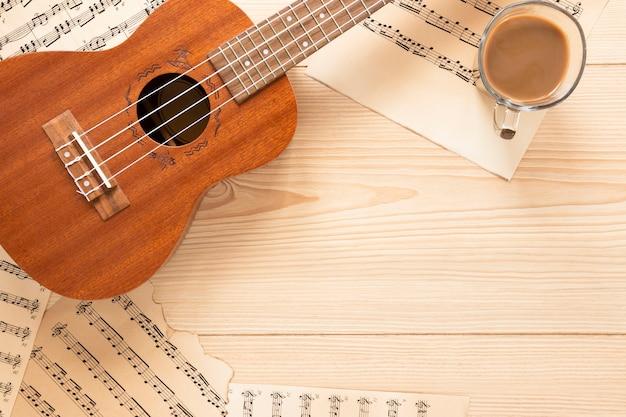 Vista superior guitarra acústica con fondo de madera