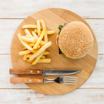 Vista superior hamburguesa con papas fritas