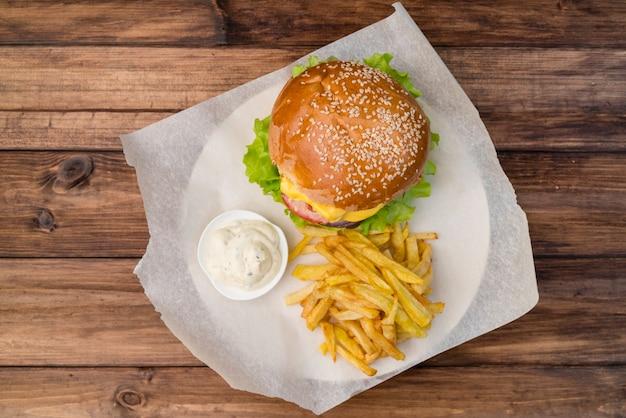 Vista superior hamburguesa con queso con papas fritas
