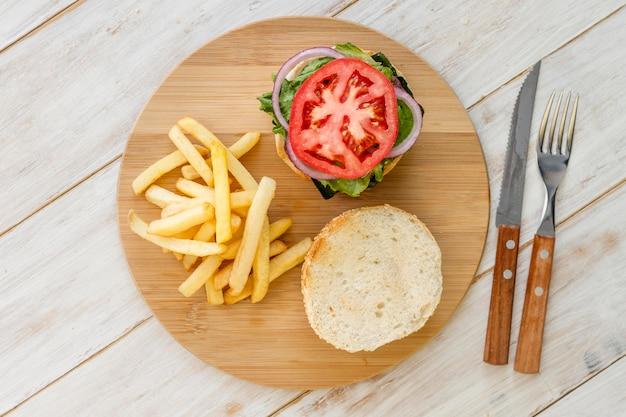 Vista superior hamburguesa sobre tabla de madera