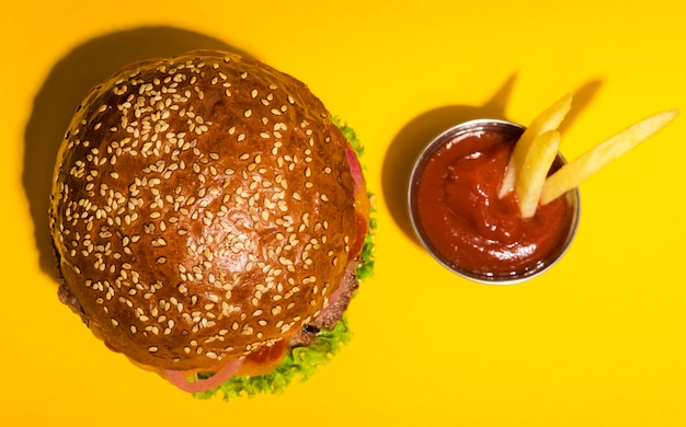 Vista superior hamburguesa de ternera clásica con salsa de tomate