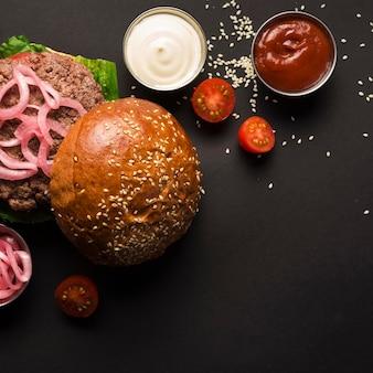 Vista superior hamburguesa de ternera con sabrosas salsas