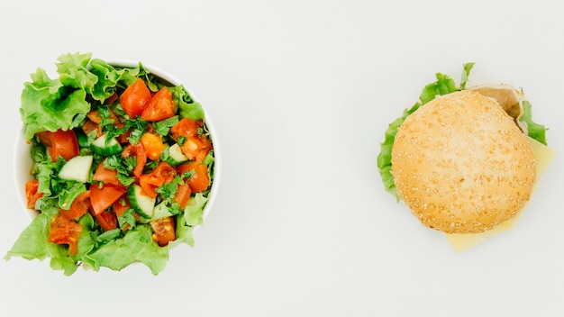 Vista superior hamburguesa vs ensalada