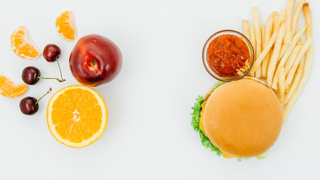 Vista superior hamburguesa vs fruta