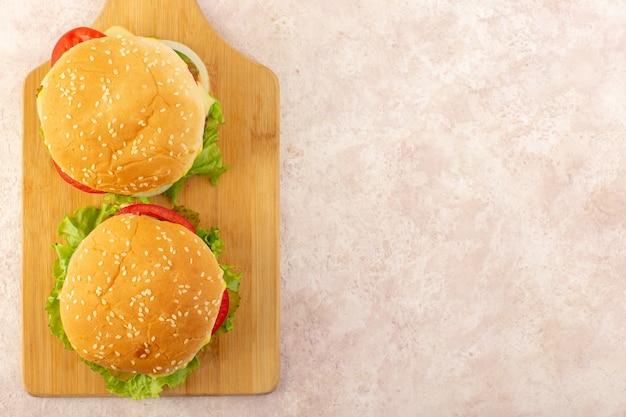 Una vista superior de hamburguesas de carne con verduras y ensalada verde.