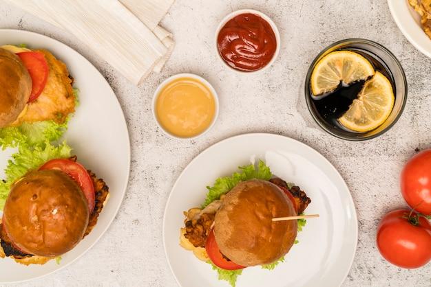 Vista superior hamburguesas con salsa