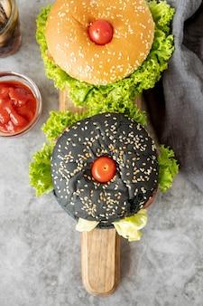Vista superior de hamburguesas en tabla de cortar
