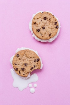 Vista superior de helado derretido y galletas