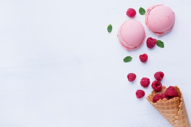 Vista superior de helado de frambuesas