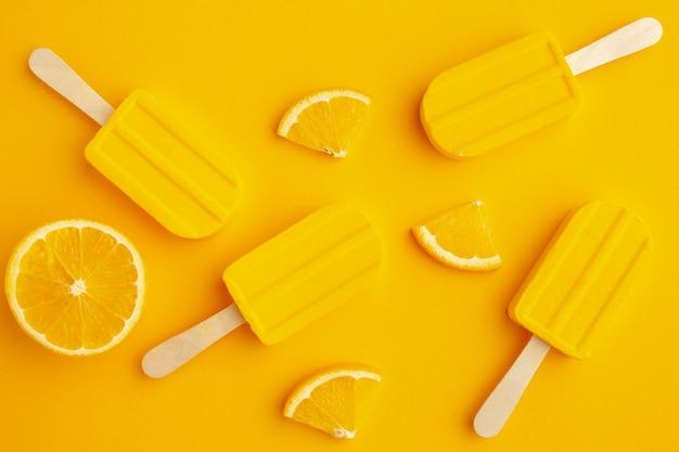 Vista superior helado con sabor a amarillo