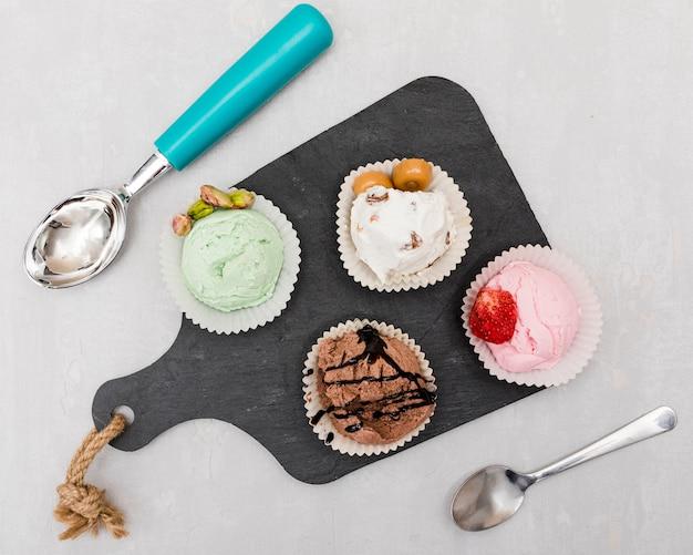 Vista superior de helados en tabla de cortar