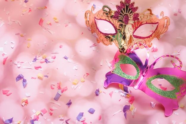 Vista superior de la hermosa máscara de carnaval de pareja