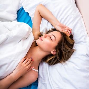Vista superior de hermosa mujer durmiendo