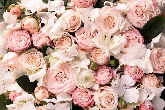 Vista superior de hermosas flores rosadas