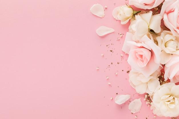 Vista superior de hermosas rosas con espacio de copia