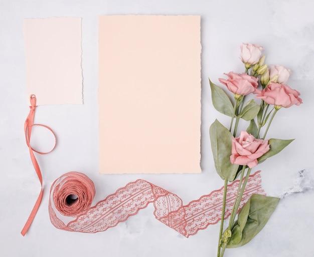 Vista superior hermoso arreglo con invitaciones de boda y flores.