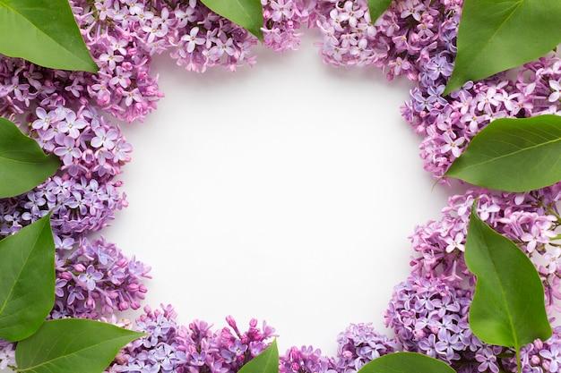 Vista superior del hermoso concepto de marco lila