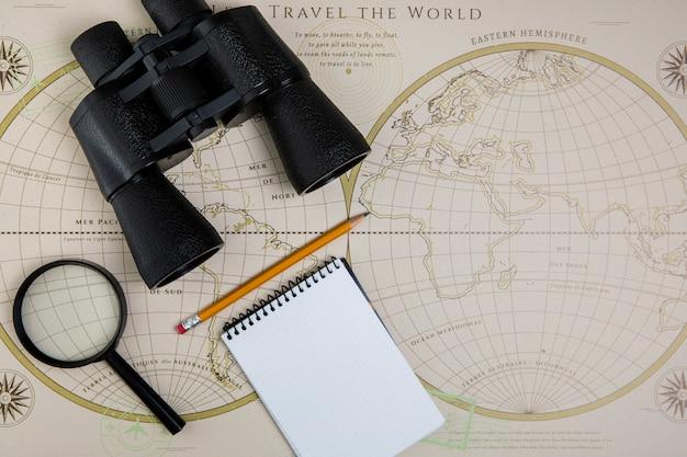 Vista superior herramienta de viaje y mapa