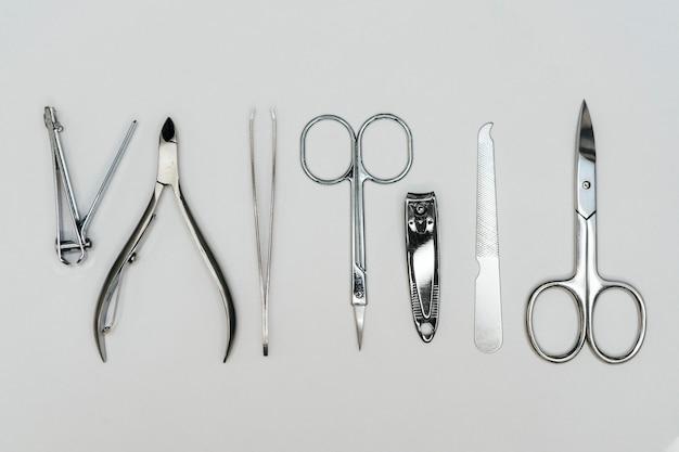 Vista superior de herramientas de accesorios para el cuidado de las uñas