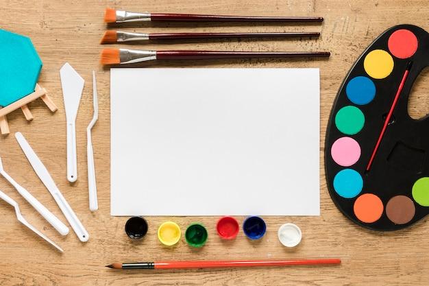 Vista superior de herramientas de artista en la mesa