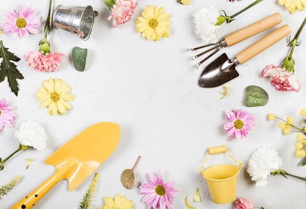 Vista superior de herramientas de jardinería y flores
