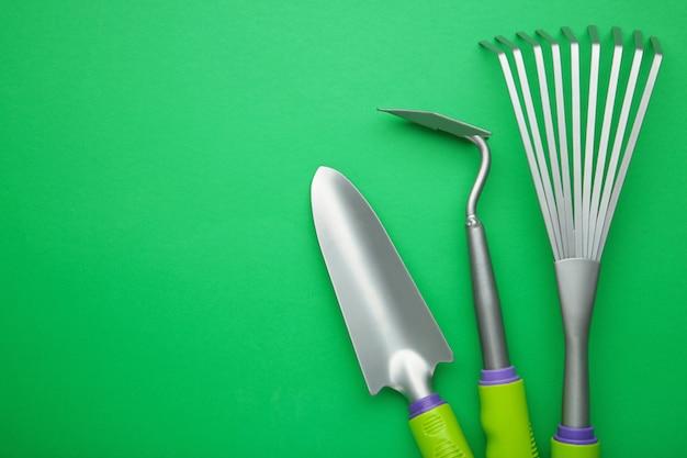 Vista superior de herramientas de jardinería.