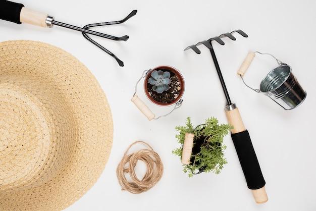 Vista superior de herramientas de jardinería
