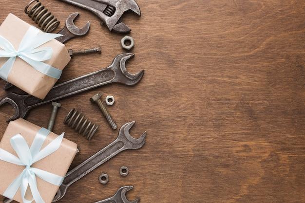 Vista superior herramientas marco y regalos