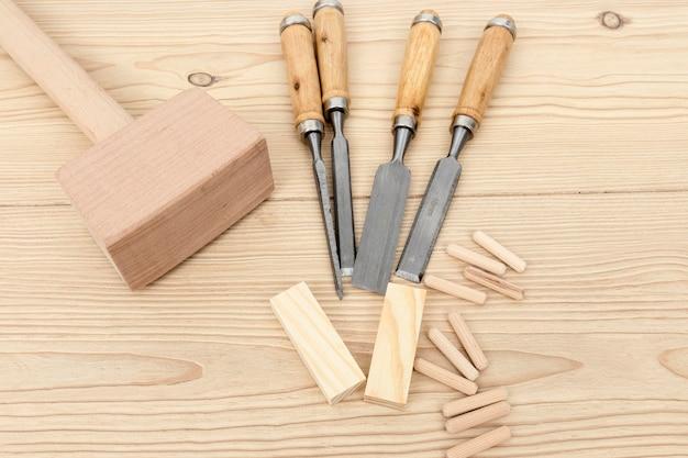 Vista superior de herramientas y piezas de madera.