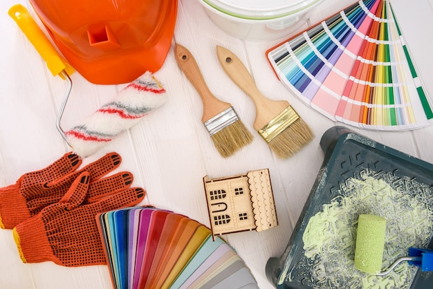 Vista superior de herramientas de pintura en mesa de madera