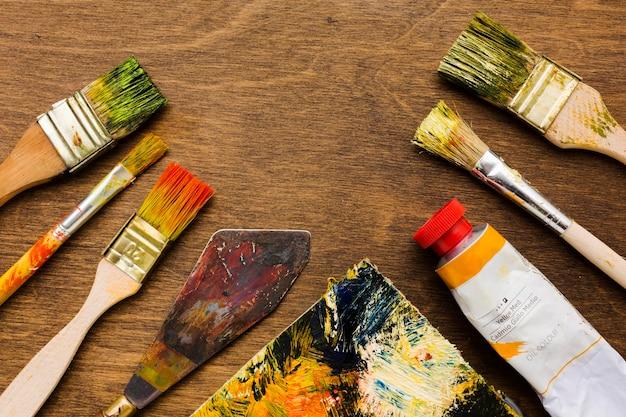 Vista superior de herramientas de pintura sucia
