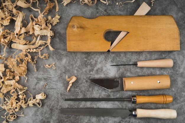 Vista superior de herramientas para trabajar la madera