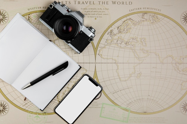 Vista superior de herramientas de viaje y mapa