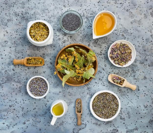 Vista superior de hierbas y especias medicinales