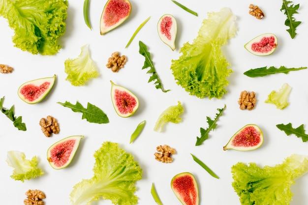 Vista superior de higos orgánicos y ensalada en la mesa