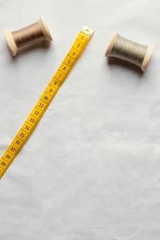 Vista superior de hilo y cinta métrica