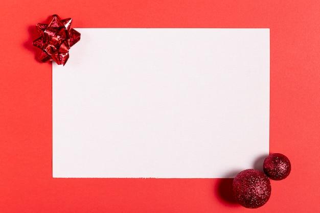 Vista superior de la hoja en blanco y decoraciones navideñas