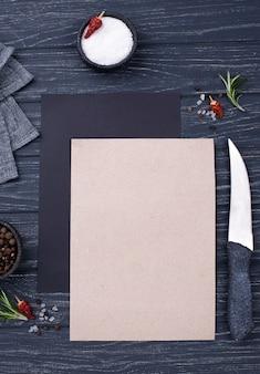 Vista superior de la hoja de papel en blanco sobre la mesa