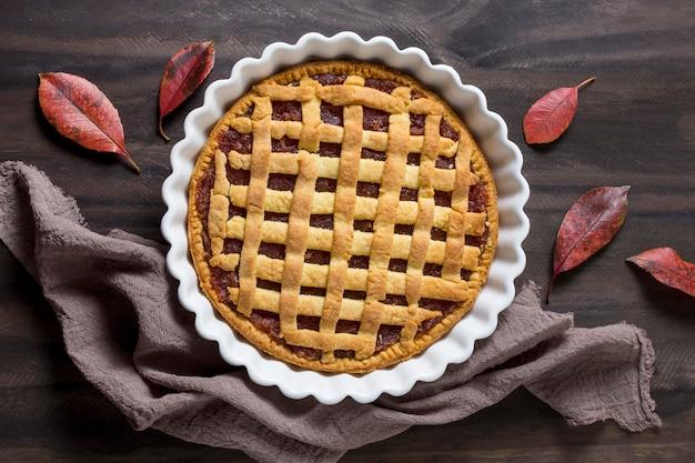 Vista superior de hojas y delicioso pastel de otoño.