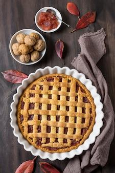 Vista superior de hojas y delicioso pastel de otoño
