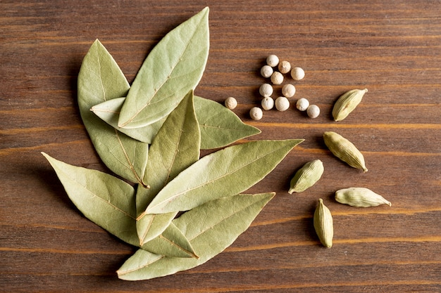 Vista superior de hojas de laurel con pimienta