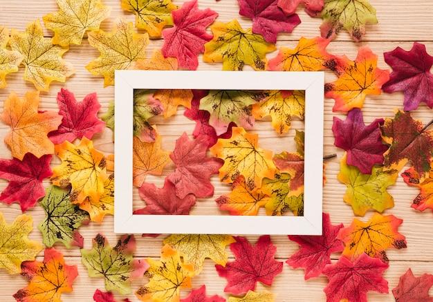 Vista superior de las hojas otoñales con un marco.