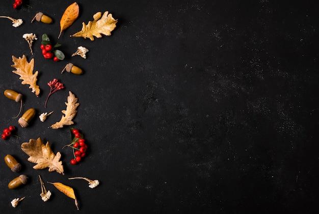 Vista superior de hojas de otoño con bellotas y espacio de copia