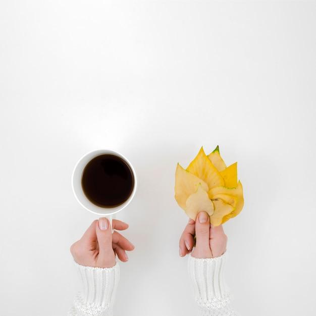 Vista superior hojas de otoño con café