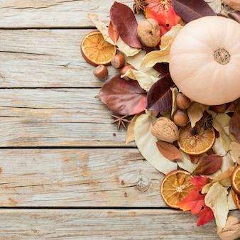 Vista superior de hojas de otoño con espacio de copia y calabaza