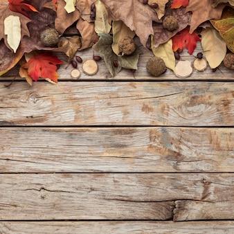 Vista superior de hojas de otoño con espacio de copia