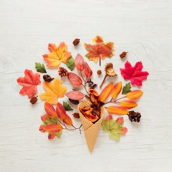 Vista superior de las hojas de otoño con fondo de madera.