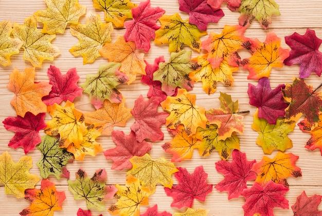 Vista superior de hojas de otoño en mesa de madera.