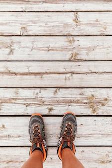 Vista superior hombre caminando sobre madera